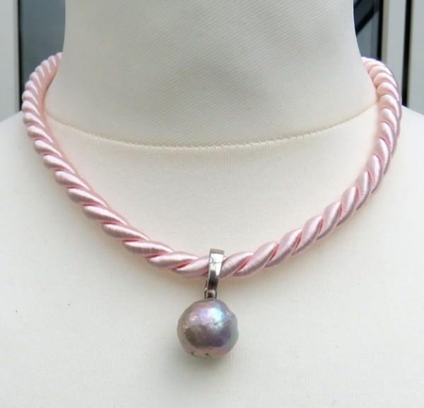Süßwasser-Perlen-Anhaenger-mit-Varioclip-Unikat-an-Baumwoll-Collier-3843